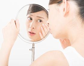 お肌の悩みを抱える女性イメージ